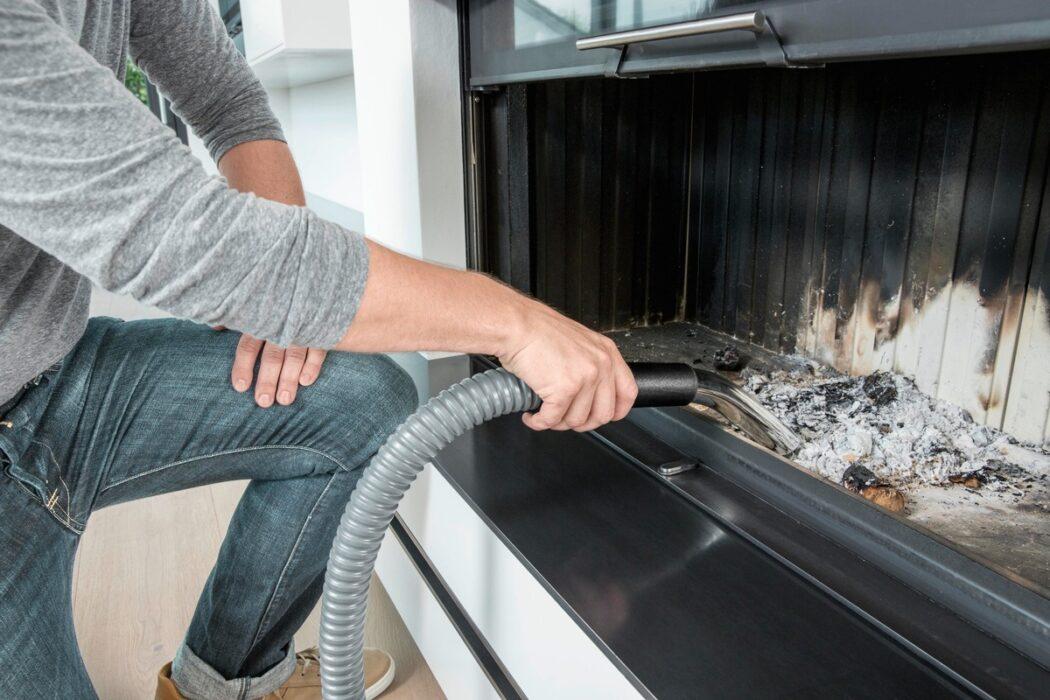Mit dem Sauger lassen sich Asche und andere Reste aus der Feuerstelle leicht und staubfrei entfernen.